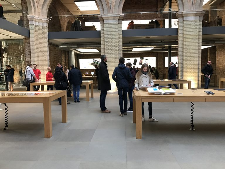 UK出張 Apple Covent Garden で 「Designed by Apple in California」を見る